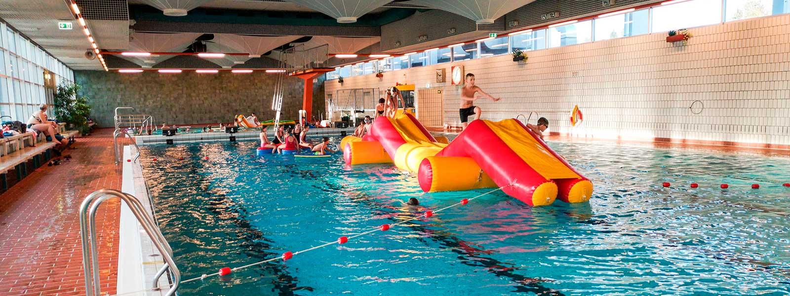 Kinder spielen im Wasser im Hallenbad Crailsheim